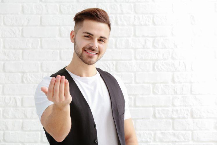 女性をデートに誘う男