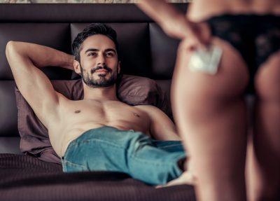 スワッピングしてセックスをする男女
