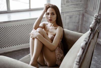 椅子に座る下着姿の女性