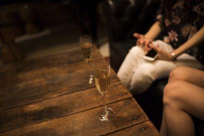 婚活バーにいる女性たち