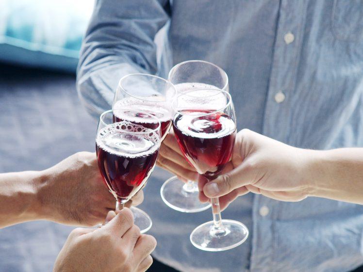 婚活パーティーを楽しむ男女