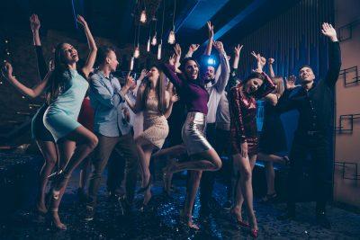 ナイトクラブに集まる外国人