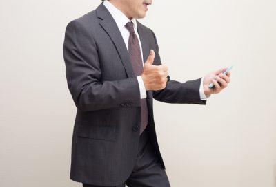 女性から返信を貰い親指を立てる男性