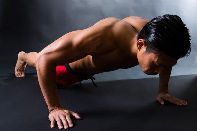 体を鍛える男性