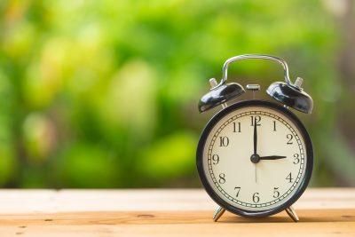15時を指す目覚まし時計