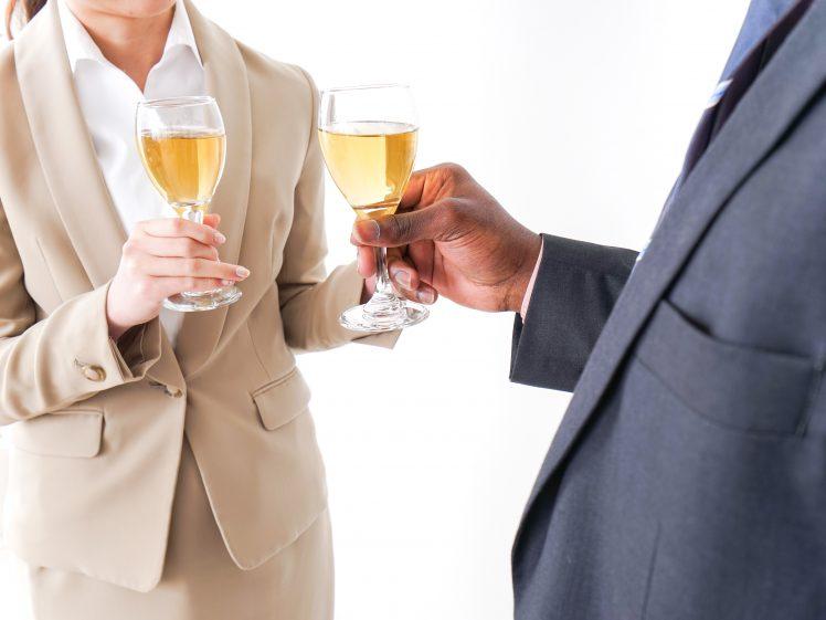 婚活パーティーに参加する女性