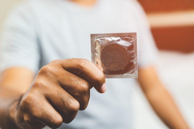 妊娠のリスクを知りコンドームを使う男