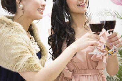 婚活パーティーで笑顔を振りまく女性たち