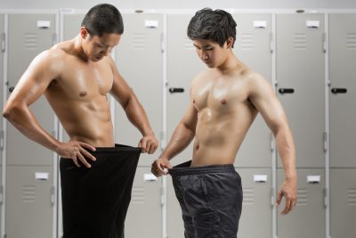 チンコの大きさを比べる男たち