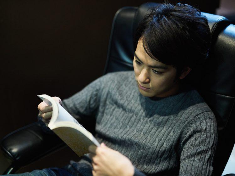 エロ漫画を読む男性