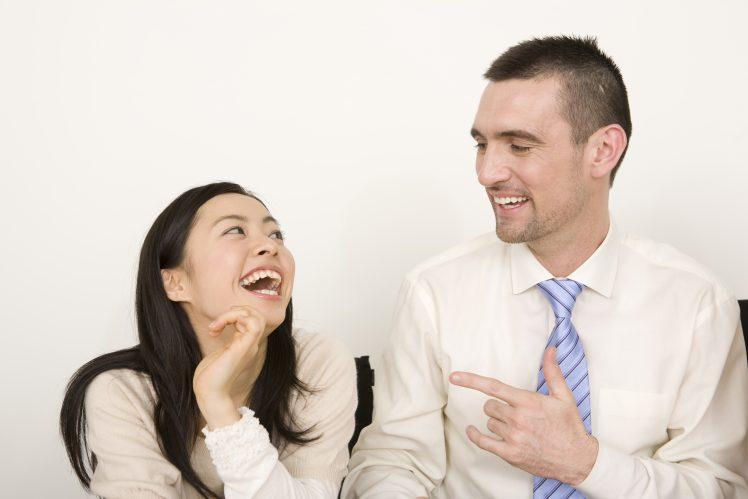 アメリカ人男性と笑う日本人女性