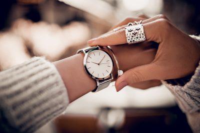 時間を確認する女性