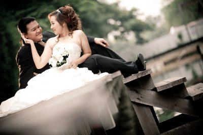 結婚式あげる新郎新婦