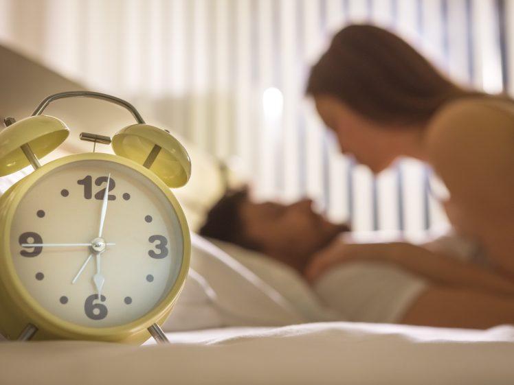 セックスをする夫婦 置時計