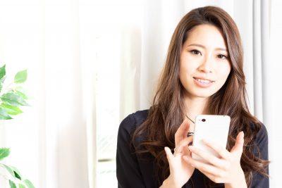 マッチングアプリで理想の相手を探す女性