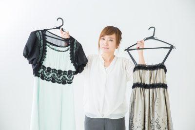 婚活パーティーに着ていく服に悩む女性