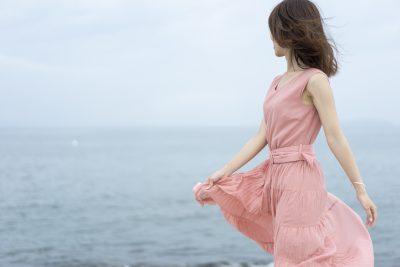 淡いピンクのワンピースを着た女性