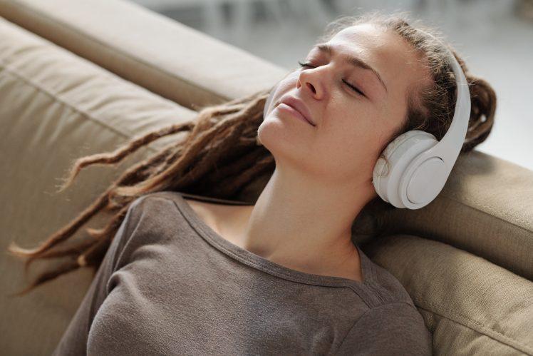 催眠音声を聴く人