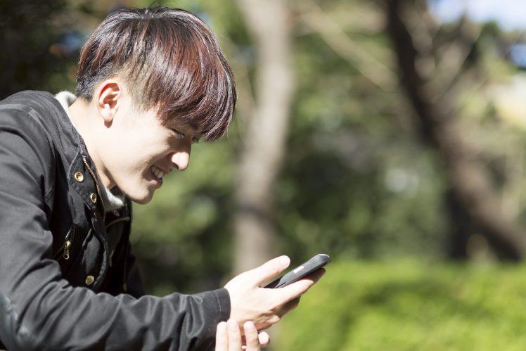 マッチングアプリを使う男子大学生