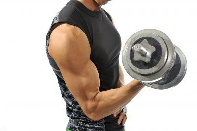 筋肉を見せつける男