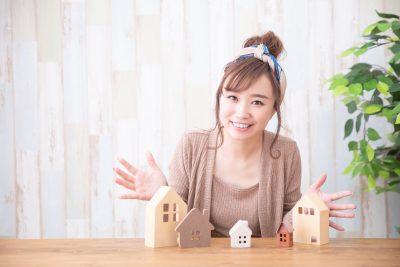 住みたい街 模型の家と女性