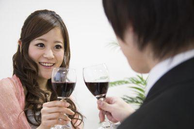 婚活パーティーで乾杯するカップル