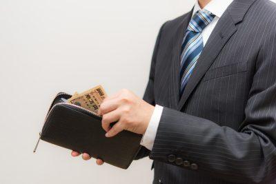 財布のお金をチェックする男