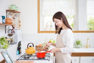 料理を作るモテる女性