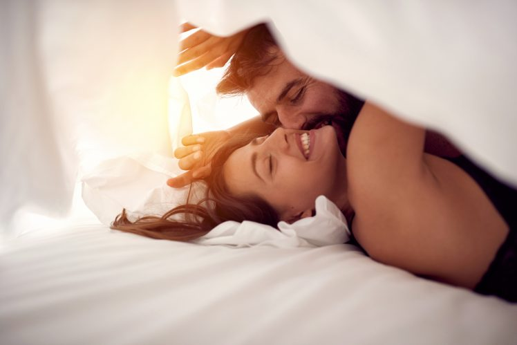幸せなセックスをするカップル