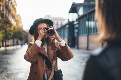 友達に写真を撮ってもらうモテる女性