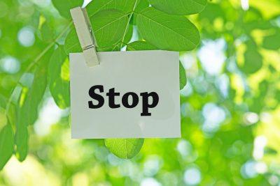 Stopと書かれた札