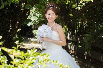 ウエディングドレスを着る花嫁