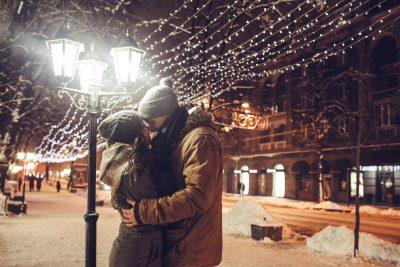 イルミネーションの前でキス