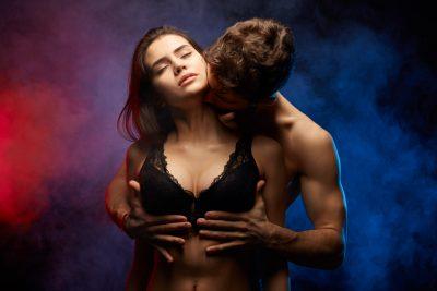 女性が感じる胸の触り方をする男
