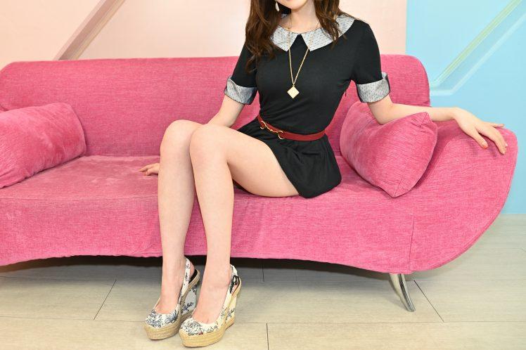 ソファーに座る色白で美しいAV女優