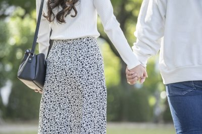 散歩をして人妻の本音を探る男性