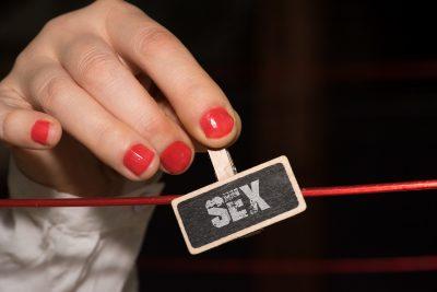 SEXという札を持つ人妻