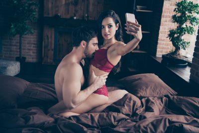 ハメ撮りプレイを始めるカップル
