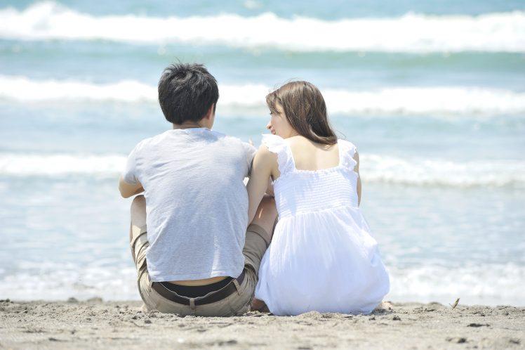 風俗嬢と付き合う 海岸で寄り添うカップル