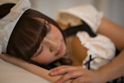 気持ちよさそうに眠るメイド姿の女の子