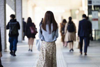 独りぼっちで寂しい女性