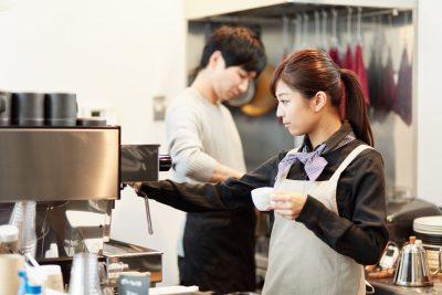 カフェで働く男女