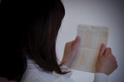 結婚相談所からの請求を確認する女性