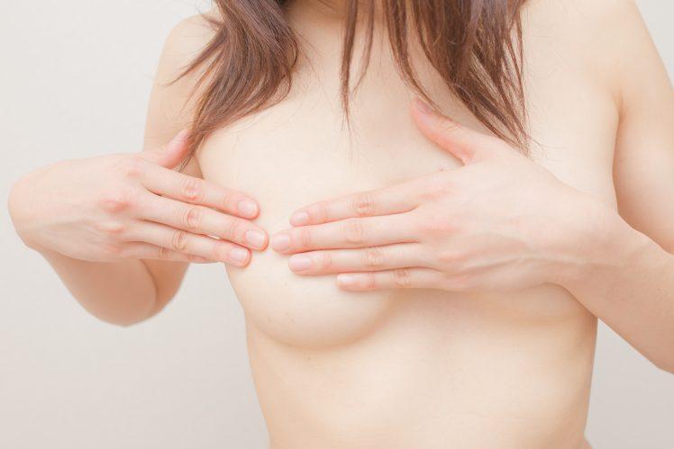 乳首開発をする女性