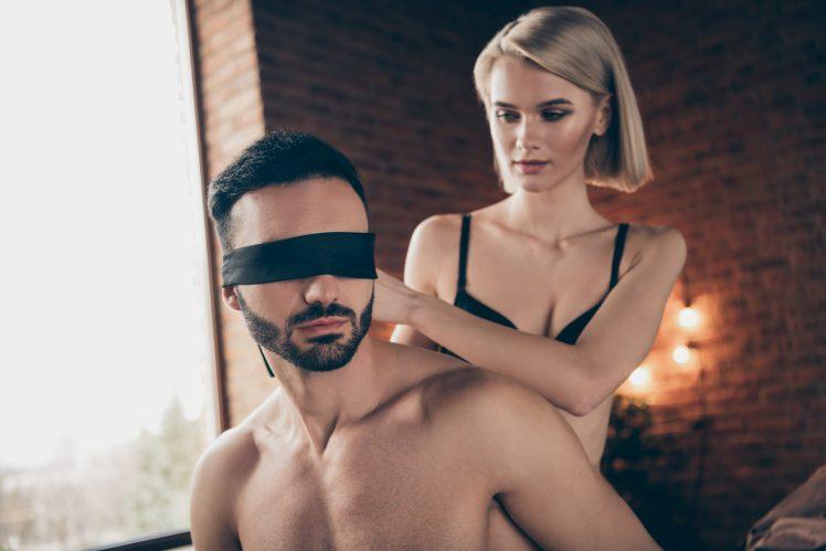M男に目隠しをする女性