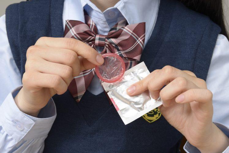 コンドームを取り出す女子高生