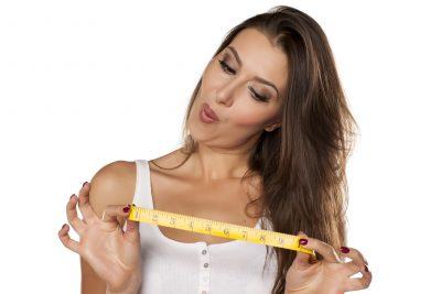 好みのチンコのサイズをメジャーで示す女性