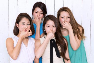 臭くて鼻をふさぐ女性たち