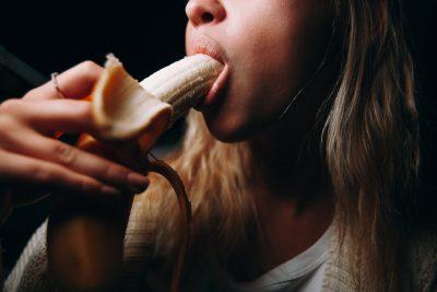 バナナを口に咥える