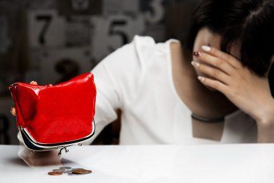お金を要求されて貯金が無くなった女性